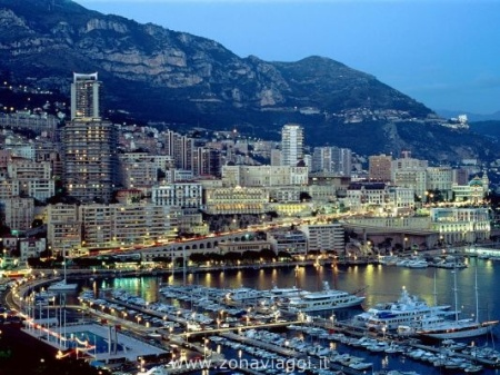 Vista notturna del porto di Monte Carlo